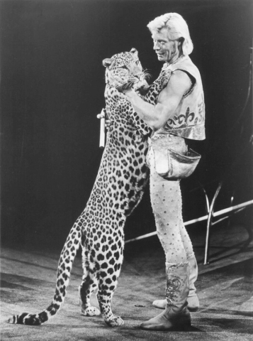ringling_bros_and_barnum_and_bailey_circus_gunther_gebel-williams_1977