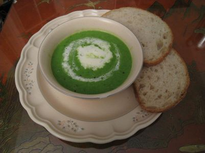 800px-Spring_pea_soup_with_crème_fraîche_and_bread